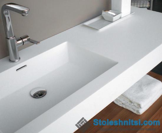 Белая акриловая столешница в ванной комнате