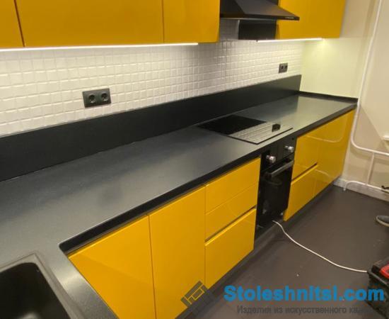 Столешница как практичный предмет в интерьере кухонного помещения