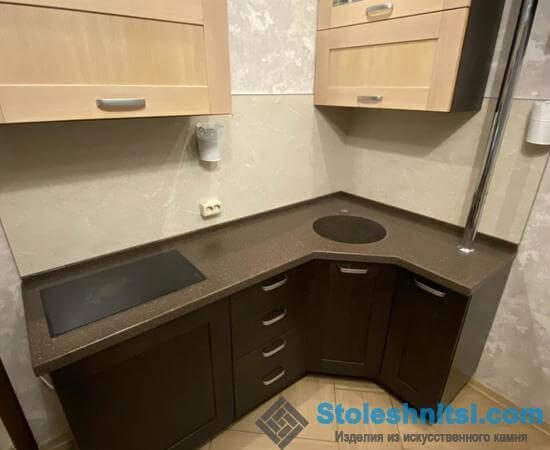 Строгая столешница в интерьере кухни
