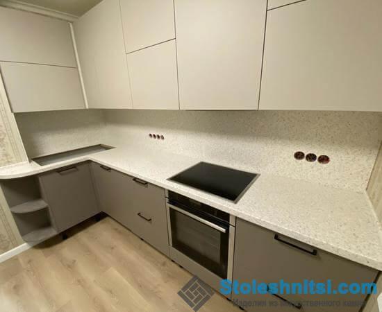Столешница из искусственного камня – идеальный вариант для размещения в кухнях любого стиля