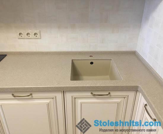 Компактная столешница для небольшого кухонного помещения