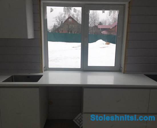 Белоснежная столешница в интерьере кухонного помещения