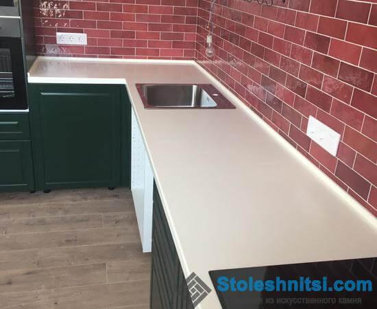 Белая столешница в классическом интерьере кухни