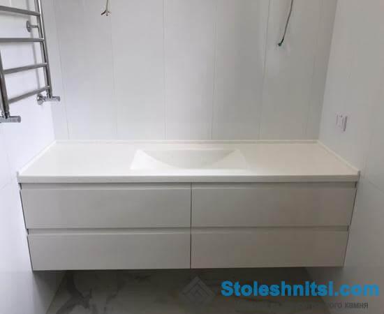 Столешница и мойка белого цвета для ванной комнаты