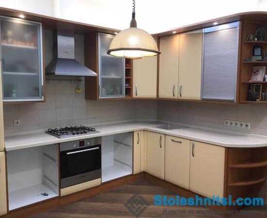 Белоснежная угловая столешница в классическом интерьере кухни