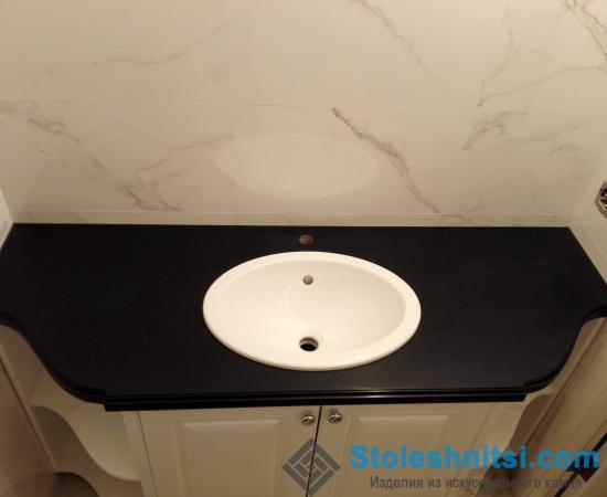 Темная прямая столешница для ванной