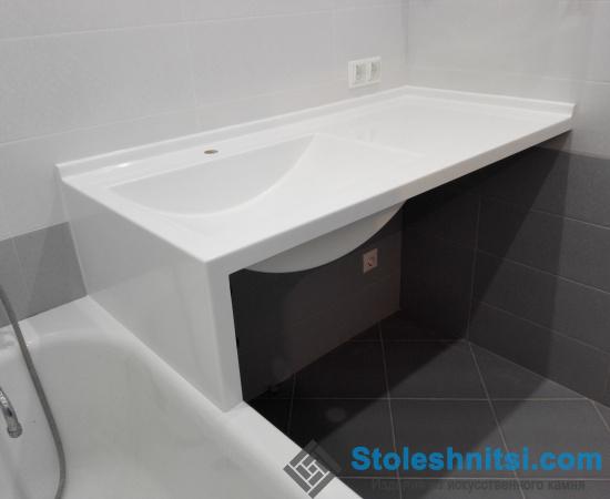 Белоснежная столешница в ванной комнате