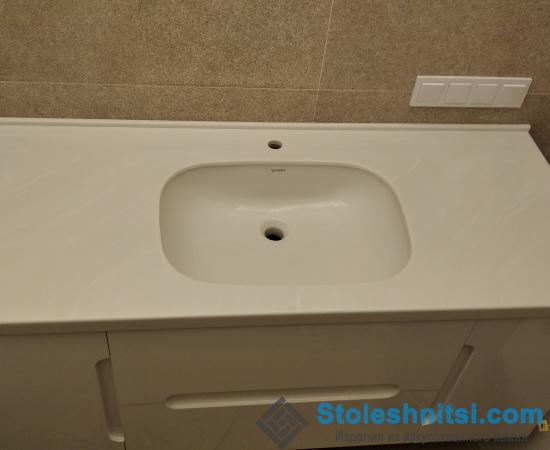 Белая столешница в ванную с подвесной тумбой