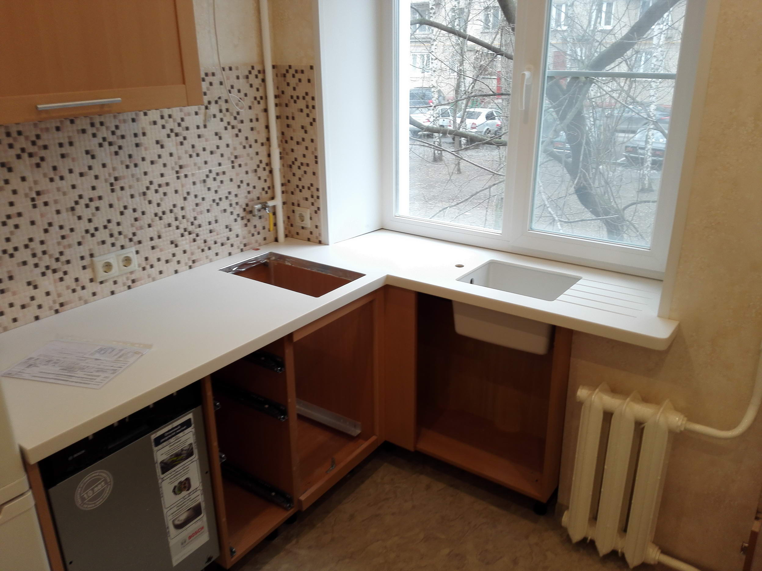 Столешница вместо подоконника на кухне фото